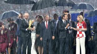 2018世界杯 普京 马克龙 基塔罗维奇 因凡蒂诺在雨中颁奖2018年7月15日莫斯科