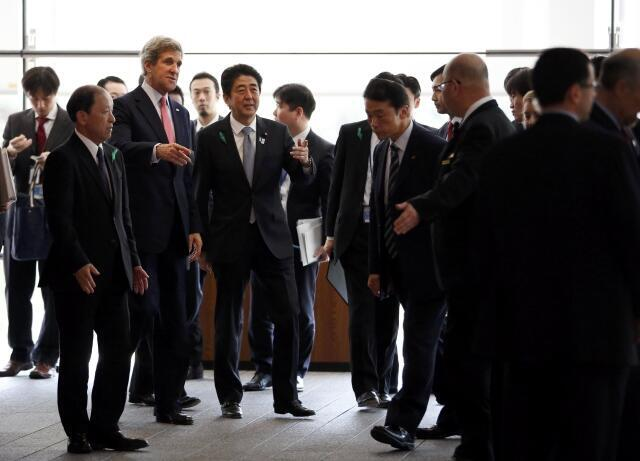 Джон Керри после в сопровождении премьер-министра Синдзо Абэ после переговоров в резиденции премьера