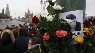 Цветы и портреты Бориса Немцова на Большом Москворецком мосту, февраль 2015 г.