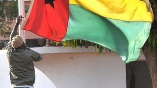 Bandeira da Guiné-Bissau hasteada num quartel