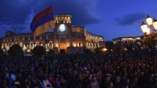 Des dizaines de milliers de manifestants arméniens se sont réunis sur la place de la République en plein coeur d'Erevan pour fêter le départ du Premier ministre et ex-président Serge Sarkissian.