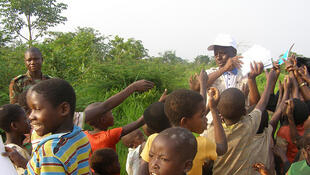 La Monusco distribue des cahiers aux enfants du village pour les encourager à fréquenter l'école, en 2015. (image d'illustration)