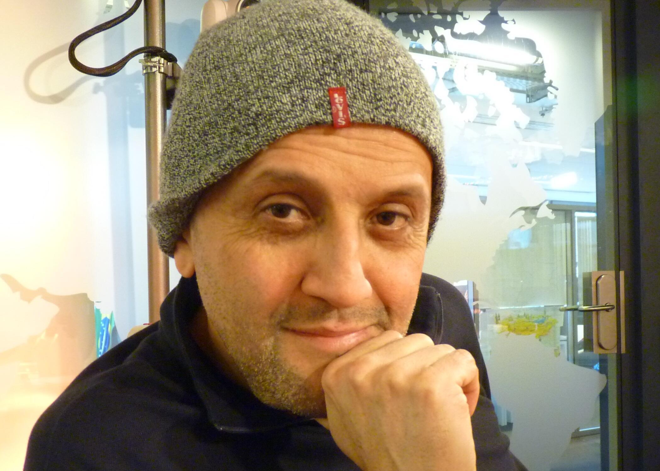 El director de teatro colombiano Omar Porras en los estudios de RFI
