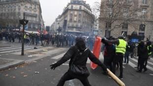 Cảnh hỗn loạn trong một cuộc biểu tình chống cải cách hưu trí tại quảng trường République, Paris ngày 05/12/2019.