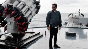 Sur cette photo, fournie à l'AFP par la présidence indonésienne, Joko Widodo prend la pose sur le navire «Imam Bonjol», le 23 juin 2016.