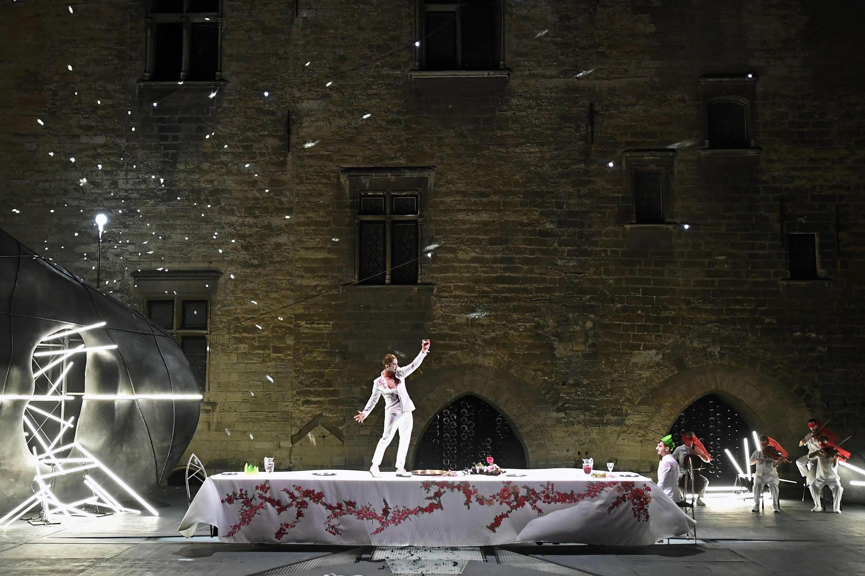 第72屆阿維尼翁戲劇節開幕劇《提厄斯忒斯》場景之一