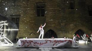 第72届阿维尼翁戏剧节开幕剧《提厄斯忒斯》场景之一