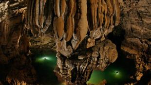 Hang Sơn Đoòng nằm tại xã Sơn Trạch, huyện Bố Trạch, tỉnh Quảng Bình, Việt Nam là hang động tự nhiên lớn nhất thế giới.