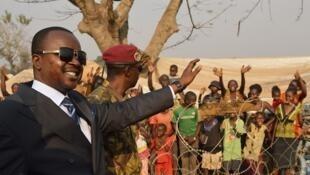 Le président par intérim Alexandre-Ferdinand Nguendet au camp de déplacés de l'aéroport de Mpoko, à Bangui, le 12 janvier 2014