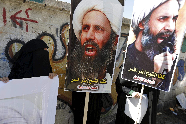 En octobre 2014, des manifestants chiites brandissaient des pancartes à l'effigie du cheikh al-Nimr devant l'ambassade d'Arabie saoudite à Sanaa, au Yémen.