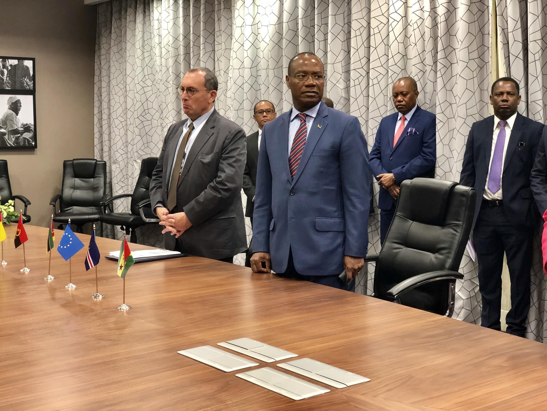 Stefano Manservisi e José Pacheco na assinatura do acordo UE e PALOP-TL