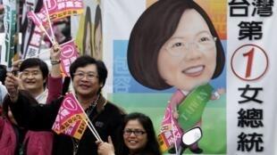 Simpatizantes da candidata Tsai Ying-wen, do Partido Democrata Progressivo, querem eleger a primeira mulher na presidência de Taiwan.