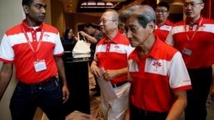 Les membres du parti progressiste avec leur leader, Tan Cheng Bock ( 2eme, à dr.), après une conférence de presse, le 26 juillet 2019.