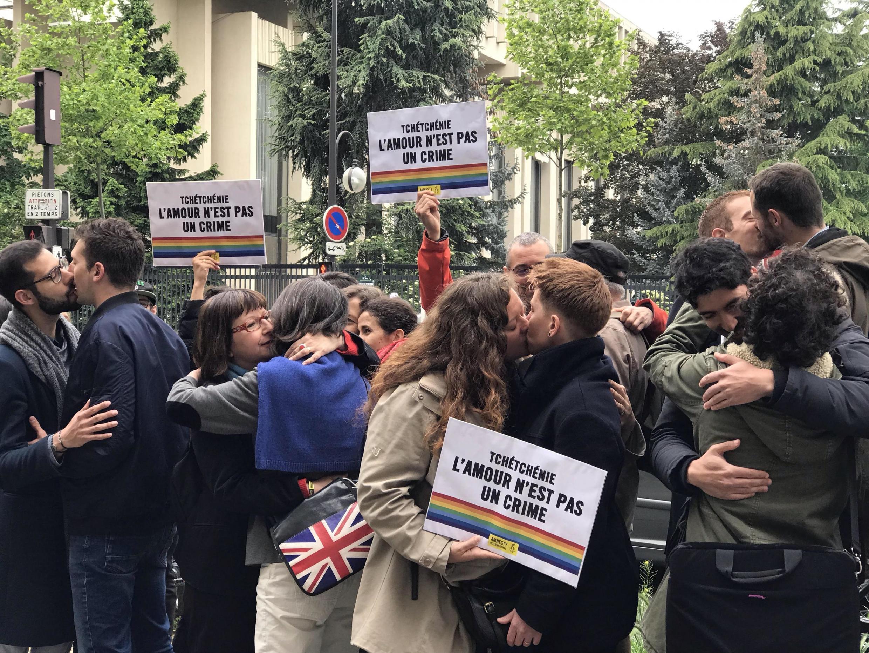 17 мая в Международный день борьбы с гомофобией и трансфобией у посольства России в Париже активисты устроили протест поцелуев (kiss-in) в поддержку ЛГБТ в Чечне