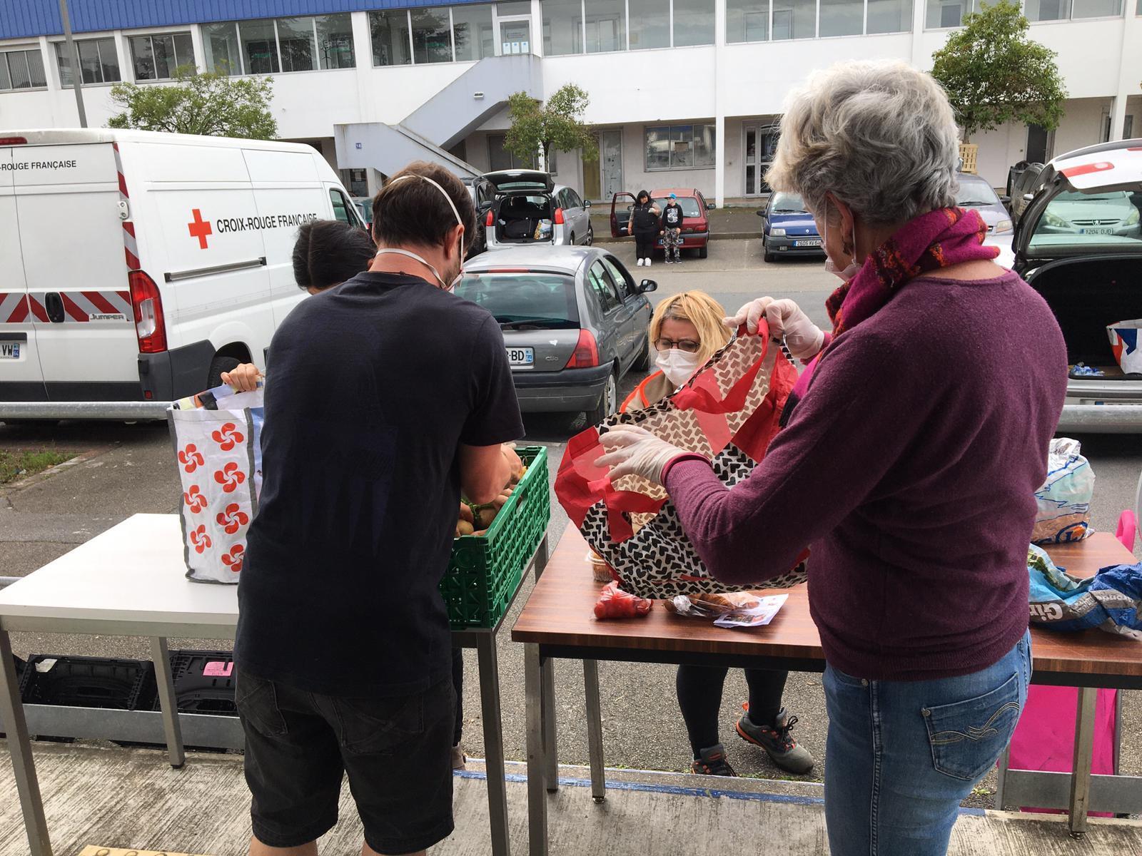Một điểm phân phát thực phẩm của hiệp hội Chữ Thập Đỏ, tại thành phố Hendaye, tỉnh Pyrénées-Atlantiques, Nouvelle-Aquitaine, Pháp.