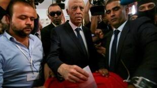 Kais Saied (centro) já havia reunido a maioria dos votos no primeiro turno da eleição presidencial tunisiana.