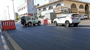 Polícia saudita fecha uma rua que leva a um cemitério não-muçulmano na cidade de Jeddah, onde uma bomba atingiu uma comemoração do armistício da Primeira Guerra Mundial, com a presença de diplomatas europeus.