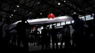 រូបសញ្ញារបស់ Huawei  នៅក្រុង Shanghai