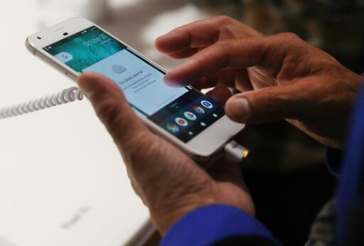 Chính phủ Pháp khẳng định ứng dụng Stop Covid chỉ được cài đặt trên điện thoại di động một cách tự nguyện. Ảnh minh họa.