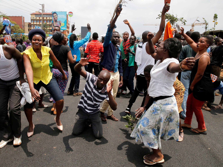Los partidarios del opositor Raila Odinga celebran en las calles la organización de nuevos comicios presidenciales. Kibera, Kenia, este 1 de septiembre de 2017