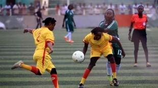 Les joueuses d'Al-Tahadi (en vert) et d'Al-Difaa (en jaune) ont pris part à un match du tout premier Championnat féminin de football au Soudan.