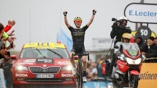 Simon Yates celebra su segunda victoria en el Tour de Francia 2019 tras entrar en solitario en la meta de Foix Prat D'albis el domingo 21 de julio.