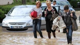Des habitants de Draguignan, après les pluies torrentielles, le 16 juin 2010.