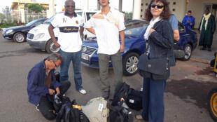 Claude Verlon (agachado) e  Ghislaine Dupont (à direita) no Mali, no último mês de julho.