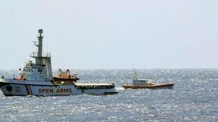 """کشتی نجات """"اوپِن آرمز"""" در آب های نزدیک بندر """"لامپدوزا""""، در انتظار مجوزی از سوی دولت ایتالیا جهت پیاده شدن پناهجویان در خاک این کشور. ."""