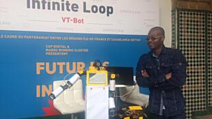 VTbot, le robot enseignant fait de bric et de broc et son créateur, Sam Kodo.