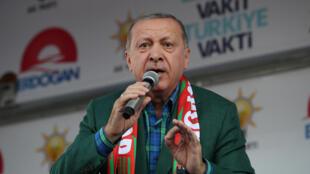Le président turc Erdogan s'adresse à ses partisans, le 3 juin 2018.