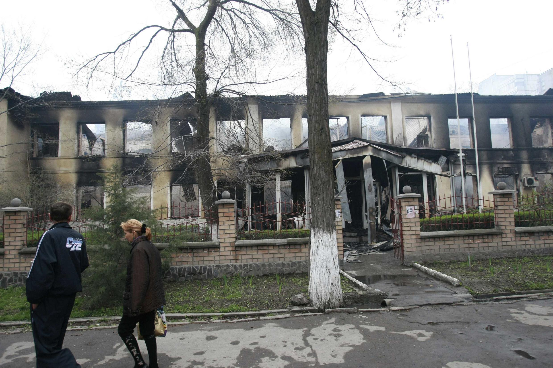 Delegacia de polícia queimada depois de afronto no centro da cidade de Bichkek.