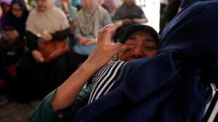 Les familles des passagers du vol JT610 de la compagnie Lion Air ont attendu la confirmation des noms des victimes à l'hôpital Said Sukanto de Jakarta, dans la nuit du 29 au 30 octobre.