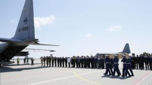 Jeneza ya mmoja ya wahanga waliyofariki katika ajali ya ndege yenye chapa MH17 ya Malaysia Airlines ikibebwa ndani ya ndege ili isafirishwe nchini Uholanzi, Julai 23 mwaka 2014.