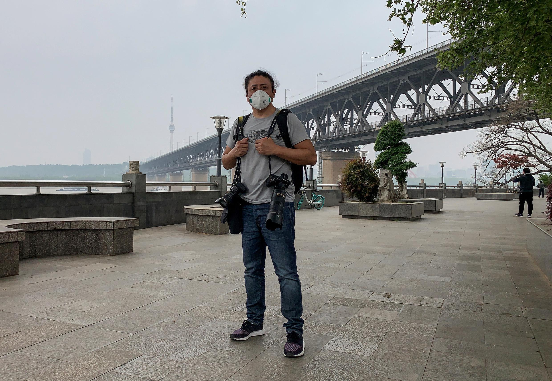 Nhà nhiếp ảnh người Chilê Hector Retamal tại Vũ Hán, Trung Quốc.