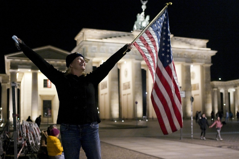 Une Américaine célèbre la victoire de Joe Biden et Kamala Harris à Berlin, le 7 novembre 2020.