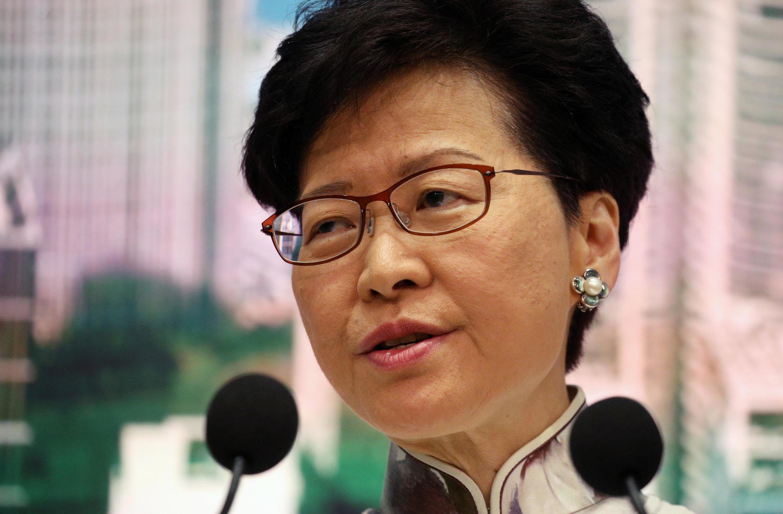 A chefe do executivo de Hong Kong, Carrie Lam, em coletiva de imprensa neste sábado (15).