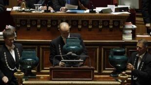 """Урны для голосования в Сенате Франции, для голосов """"за"""", """"против"""" и воздержавшихся."""