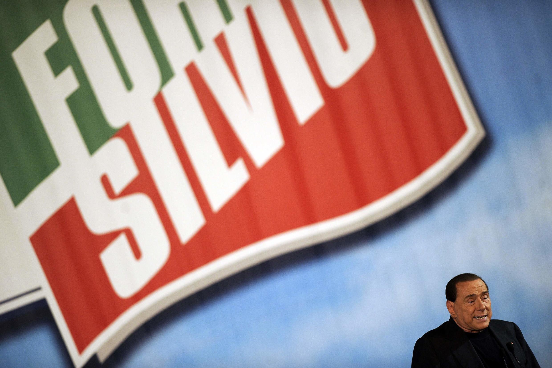 O ex-primeiro-ministro italiano Silvio Berlusconi , cujo partido se chama agora Forza Silvio, em solidariedade ao Cavalieri.