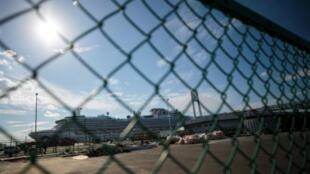 """El crucero """"Diamond Princess"""", con unas 3.600 personas a bordo en cuarentena por miedo al nuevo coronavirus, atracado en el puerto japonés de Yokohama el 12 de febrero de 2020"""