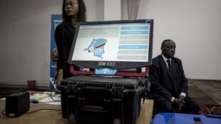La fameuse machine à voter prévue pour les élections de fin d'année en RDC, exposée le 21 février à Kinshasa.