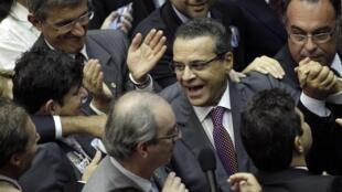 O deputado Eduardo Henrique Alves (c), eleito nesta segunda-feira (4), presidente da Câmara dos Deputados sendo parabenizado por colegas.