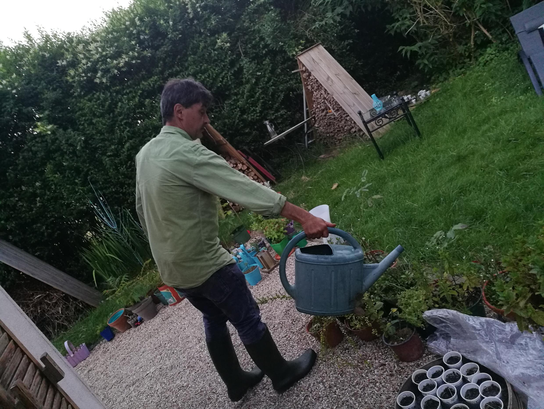 Alain Bleu se inspira na permacultura para cultivar um jardim orgânico em casa.