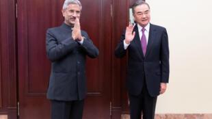 Ngoại trưởng Ấn Độ S. Jaishankar (T) và đồng nhiệm Trung Quốc Vương Nghị gặp nhau bên lề hội nghị ngoại trưởng các nước trong Tổ Chức Hợp Tác Thượng Hải tại Mátxcơva, ngày 10/09/2020.
