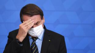 El presidente brasileño Jair Bolsonaro anuncia medidas de apoyo a los hospitales filantrópicos en la lucha contra el coronavirus, el 25 de marzo de 2021 en el Palacio de Planalto en Brasilia