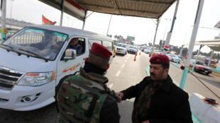 Les forces de sécurité irakiennes au check-point entre le quartier de Jaderiyah à Bagdad et le quartier de Dora, dans le sud de la capitale.