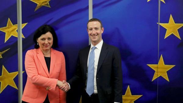 O Presidente e CEO do Facebook Mark Zuckerberg reúne-se com a Comissária Europeia para os Valores e Transparência Vera Jourova na sede da Comissão Europeia em Bruxelas, Bélgica, a 17 de Fevereiro de 2020.