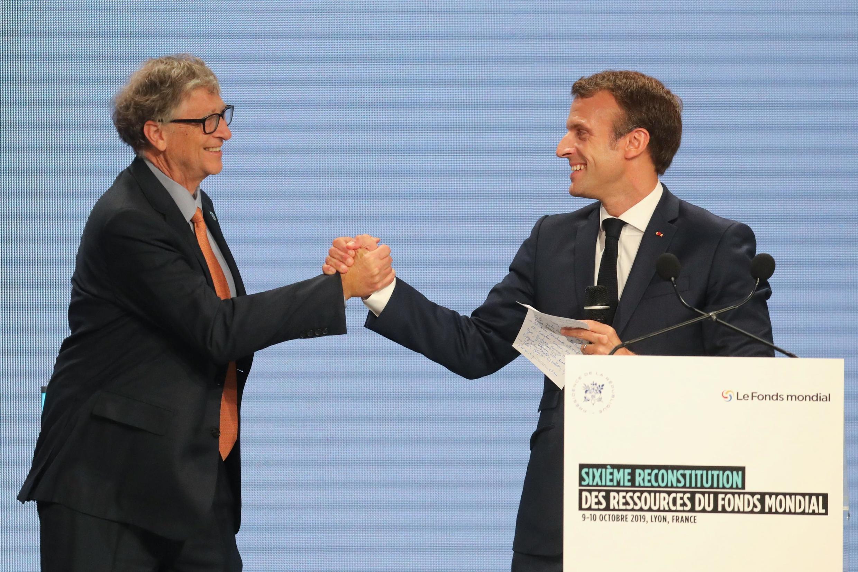 Bill Gates (esquerda) e Emmanuel Macron (direita) prometeram angariar fundos até atingir o objectivo de 14 mil milhões de euros.