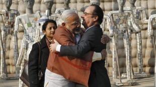 印度總理莫迪和來訪的法國總統奧朗德在印度北部昌迪加爾(Chandigarh)參觀時擁抱  2016年1月24日