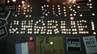 Tưởng niệm các nạn nhân vụ thảm sát Charlie Hebdo bên ngoài lãnh sự quán Pháp ở San Francisco, California, 07/01/2015.